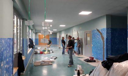 Volontari al lavoro durante le vacanze per ridipingere l'asilo FOTO