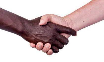 Rifiuta scambio della pace ad un ragazzo di colore durante la messa di Natale