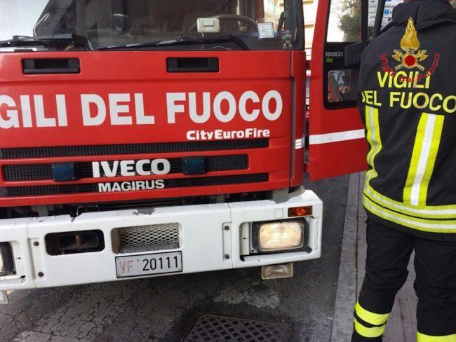 Fienile a fuoco in cascina, intervengono i Vigili del Fuoco