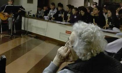 Vaprio gli scolari della media Diaz in concerto all'Rsa di Capriate FOTO