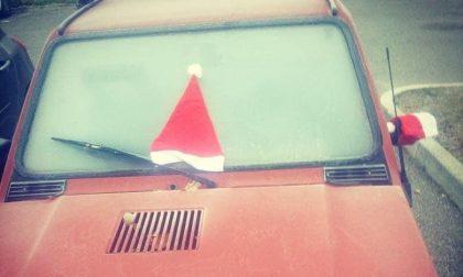 Berretti di Babbo Natale sulle auto in sosta - FOTO