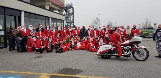 Ospedale invaso di Babbi Natale (in moto) per visitare i bambini del reparto di pediatria &#8211&#x3B; FOTO