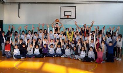 Andrea Pecchia in campo con gli alunni della Battisti