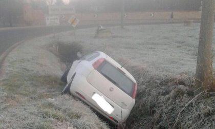 Strada ghiacciata auto finisce nel fosso