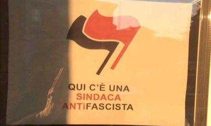 """""""Qui c'è una sindaca antifascista"""" polemiche per il cartello sul municipio"""
