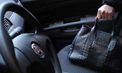 Lascia la borsa in auto e gliela rubano mentre va all'asilo