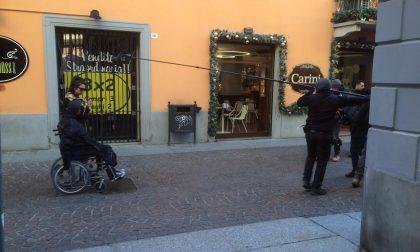 Treviglio diventa un set del cinema, in via Roma la troupe per il film con Elio Germano FOTO