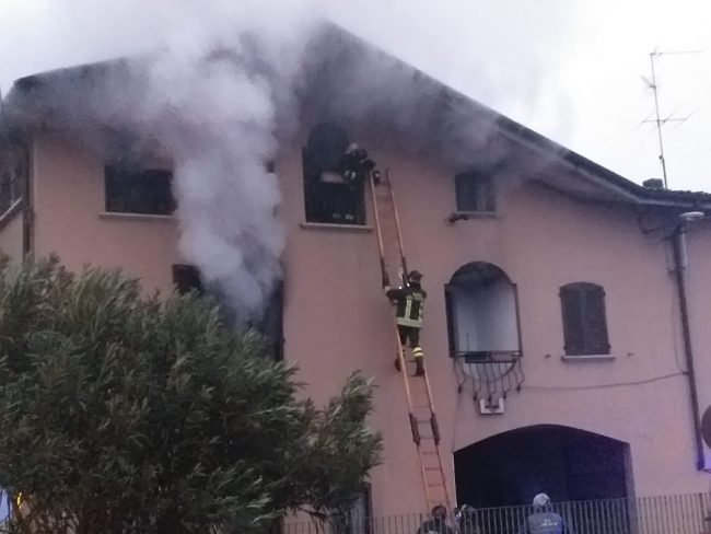 Scoppia un incendio,  paura per le fiamme e botte tra i residenti FOTO VIDEO