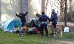 Tre ragazzi francesi si accampano in tenda nel parco della biblioteca