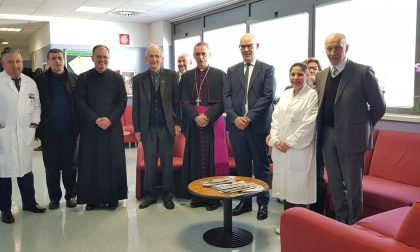 Il vescovo di Crema in visita dei pazienti dell'ospedale di Treviglio