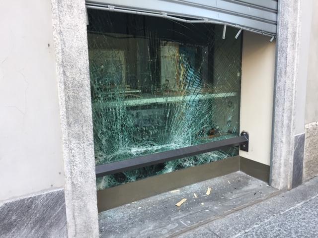 Tentata spaccata in gioielleria, ladri messi in fuga dai carabinieri FOTO