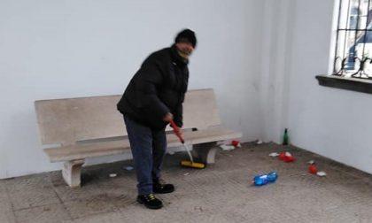 Vandali al cimitero di Pandino, ripulisce un immigrato