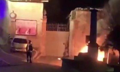 Prima l'esplosione e poi il rogo, a fuoco due auto nella notte a Cassano FOTO