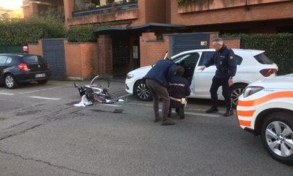 Ciclista colpito dalla portiera di un'auto perde conoscenza