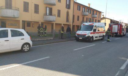 Barricato in casa con la sorella disabile, i pompieri sfondano la finestra