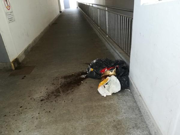 Spazzatura nel sottopasso della stazione, abbandonato un sacco