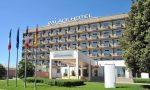 Aggredisce il portiere del Palace Hotel e i carabinieri