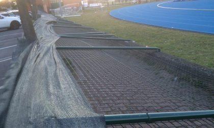 Vento fortissimo, crolla la recinzione del centro sportivo FOTO