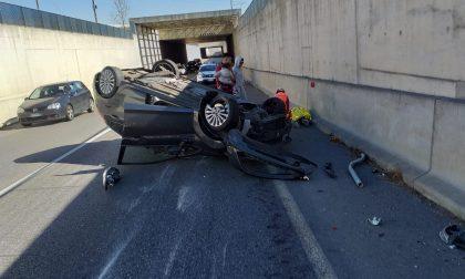 Auto ribaltata nel sottopasso, due ferite FOTO e VIDEO