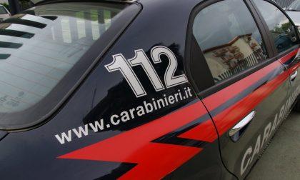 Affronta i carabinieri brandendo due bottiglie, denunciato
