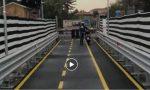 Con lo scooter sul ponte di Paderno VIDEO