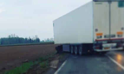 Camion perde il controllo, traffico in tilt lungo la Sp128