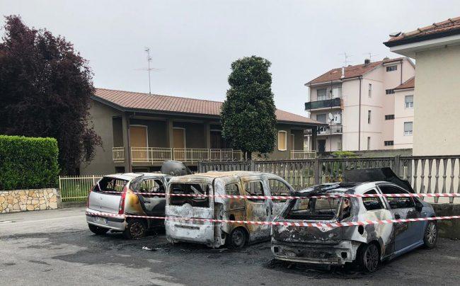 Auto bruciate nel parcheggio di via Europa a Pontirolo