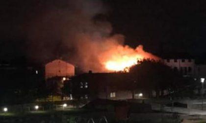 Incendio a Romano nella notte, paura per i residenti ma nessun ferito FOTO VIDEO