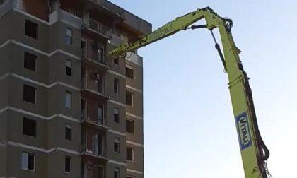 Via alla demolizione delle Torri di Zingonia, ruspe in azione sul primo palazzo