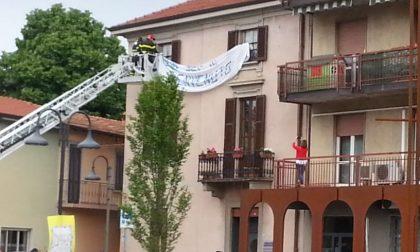 Striscione anti-Salvini rimosso a Brembate, infuria la polemica