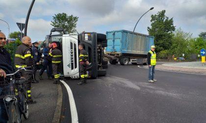 Camion dei rifiuti si ribalta in rotonda, traffico paralizzato a Calcio FOTO