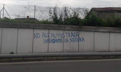 """Scritta sul muro, Imeri attacca """"No autostrada"""" risponde"""