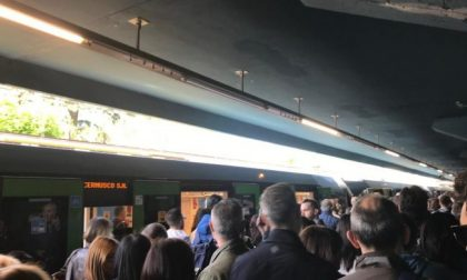 Guasto alla metro verde, pendolari in strada e Padana bloccata