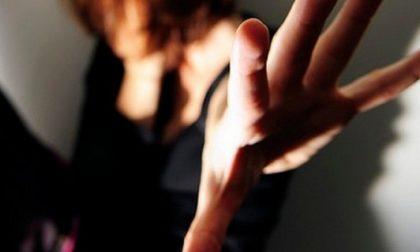Ricatta la compagna dopo averla convinta a fare sesso con altri uomini