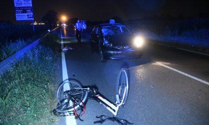 Due ragazzi in bici investiti da un auto, c'è un morto