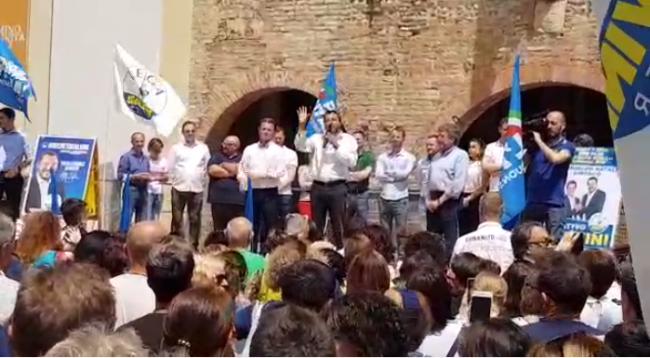 Matteo Salvini sul palco a Romano