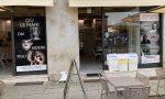 """I """"Mostri di Bibbiano"""" sulle vetrine di una pizzeria di Cremona"""