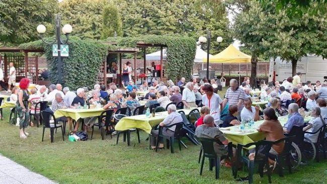Lo spiedo della solidarietà fa il pieno a Soncino
