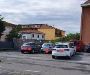 Parcheggio selvaggio, a Canonica la protesta corre sui social network