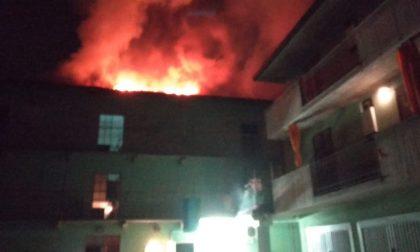 Brucia il tetto dello stabile, paura nella notte a Fara FOTO