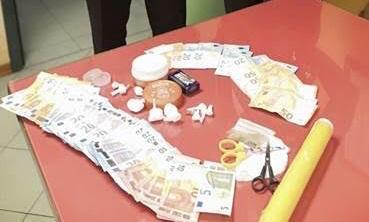 Tre denunce per spaccio: sequestrata cocaina e contanti