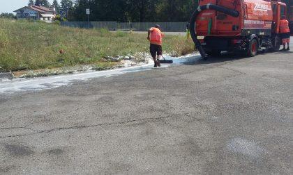Camion perde il carico di solvente schiumogeno, chiusa la Pontirolo-Arcene FOTO