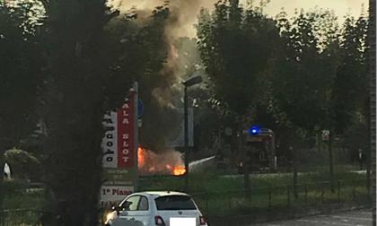 Auto in fiamme a Cavernago, vigili del fuoco sul posto