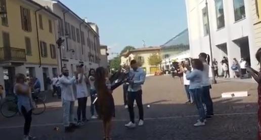"""Treviglio, romanticissimo flash mob in piazza: """"Vuoi sposarmi?"""" VIDEO"""