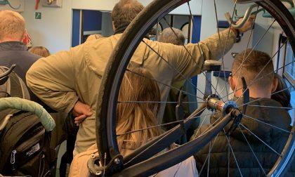 Treno stracolmo, pendolari ammassati (in piedi) anche nel deposito delle bici FOTO