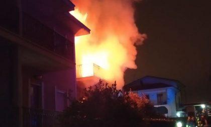 Incendio, palazzina avvolta dalle fiamme FOTO