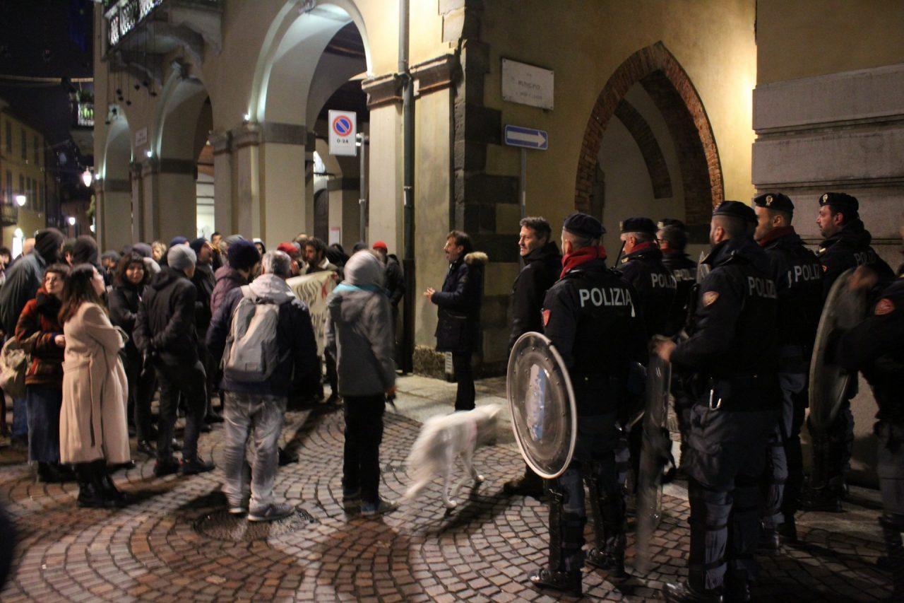 La polizia si schiera davanti al Comune