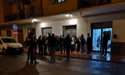 Antifascisti in protesta bloccano l'ingresso alla sede di Fratelli d'Italia FOTO