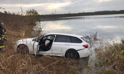 Finisce con l'auto nel laghetto FOTO