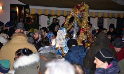 Santa Lucia arriva a Pandino sul suo carretto tra due ali di folla FOTO